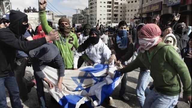 """Verschwörungstheorien: Der Konflikt zwischen Israelis und Palästinensern hat nichts mit einem angeblichen Plan irgendwelcher Juden zu tun, die Welt zu beherrschen. Trotzdem bezieht sich die radikale Hamas in ihrer Charta noch immer auf die gefälschten """"Protokolle der Weisen von Zion"""", die genau dies belegen sollen."""