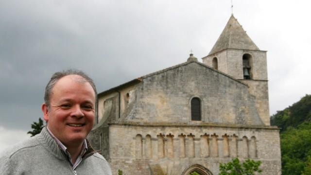 Urgesteine vor malerischer Kulisse - Saignon in der Provence