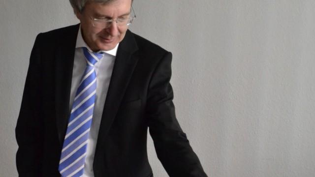 Doktorarbeiten von Politikern: Professor Dr. Uwe Kamenz von der Fachhochschule Dortmund möchte Dissertationen von Politikern überprüfen.