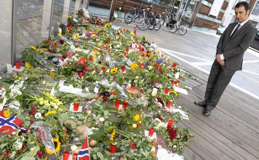 Gruenen-Vorsitzender Oezdemir traegt sich in Kondolenzbuch fuer Opfer in Norwegen ein
