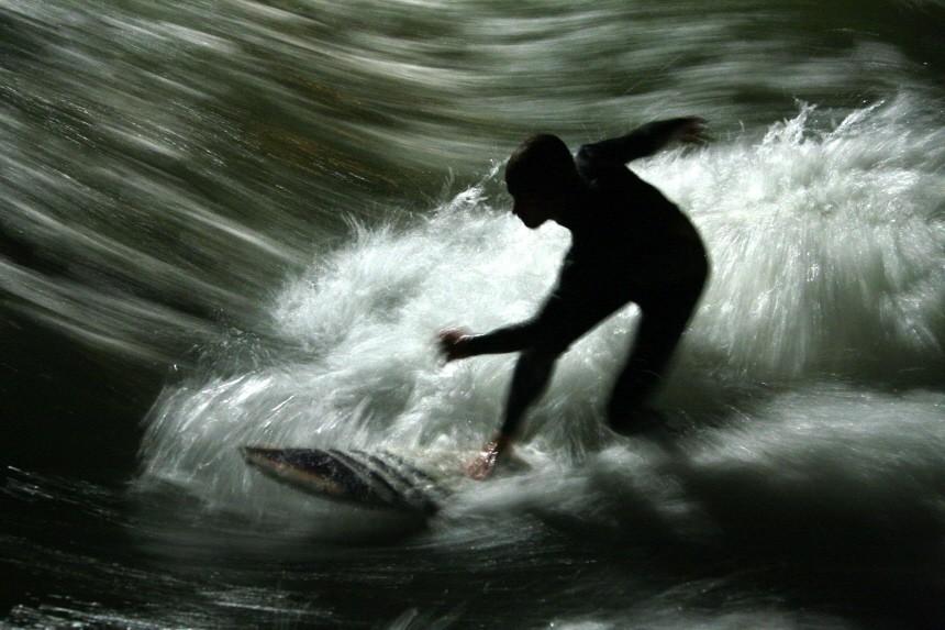 Eisbach-Surfer in München, 2010