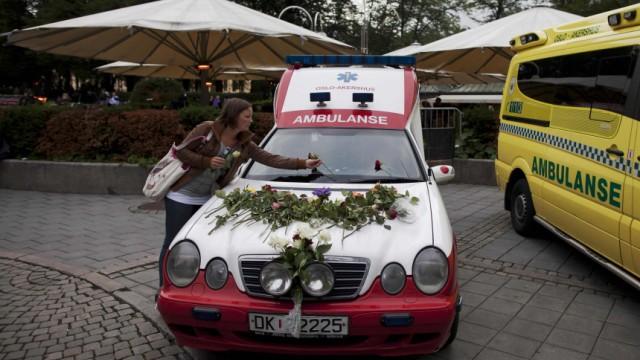 Norwegen: Das Leid der Helfer: Blumenschmuck für die Ambulanz: Norwegens Bürger danken den Sanitätern und Helfern, die nach dem Massaker im Einsatz waren.