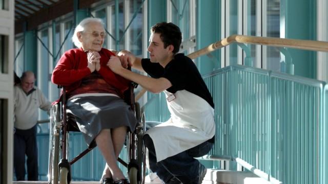 Pflegeheimen gehen die Arbeitskraefte aus
