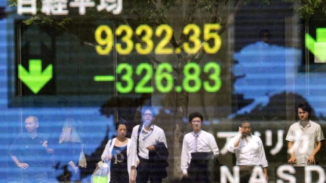 Kurssturz an den Märkten: Die Börsen sind weltweit auf Talfahrt: Der Dax startete mit einem Minus von fast vier Prozent, konnte sich jedoch etwas erholen.