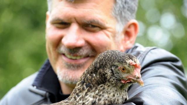 """Hotelzimmer für Huhn gesucht: """"Einmal ist ein Huhn wichtiger als ein Mensch"""": Tommy Schmidt mit einer der Protagonistinnen seiner neuesten Kunst-Aktion."""