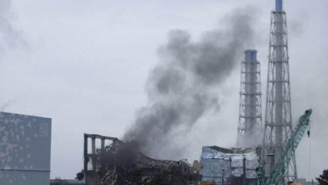 Erdbeben in Japan: Qualm steig auf vom Block 3 des Atomkraftwerks Fukushima-1. Die japanische Regierung hat die Bedrohung durch die sich ausbreitende Radioaktivität in den Tagen nach den Explosionen offenbar falsch vorhergesagt - obwohl man es besser hätte wissen können, berichtet die Nachrichtenagentur AP. Deshalb wurden viele Menschen zu spät aus der Umgebung des Kraftwerks evakuiert.