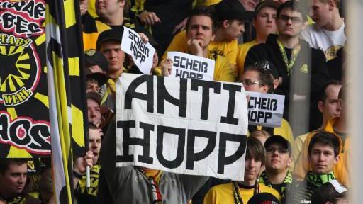 Mit Lautsprecher gegen BVB-Fans: Dortmunder Fans demonstrierten in Hoffenheim gegen den Mäzen Dietmar Hopp. Dafür mussten sie schrille Töne ertragen.