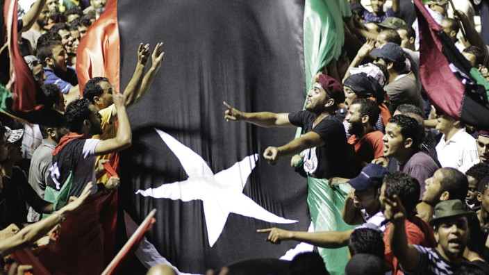 Demokratie in der arabischen Welt: Szene aus dem Arabischen Frühling: Libyer feiern die Einnahme des Amtssitzes des damaligen libyschen Machthabers Muammar al-Gaddafi im August 2011
