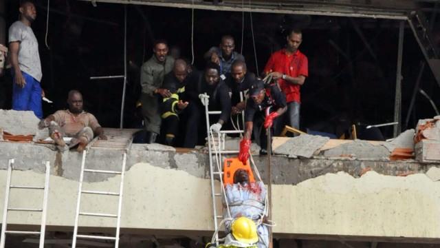 Explosion in Nigerias Hauptstadt Abuja: Verletzte werden aus den Trümmern geborgen. Bei einem Bombenanschlag in Abuja kamen mehrere Menschen ums Leben.