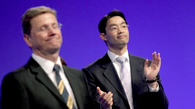 Philipp Rösler beim mit Guido Westerwelle im Mai beim Bundesparteitag der FDP in Rostock. Damals wurde Rösler als Nachfolger Westerwelles in den Parteivorsitz gewählt.