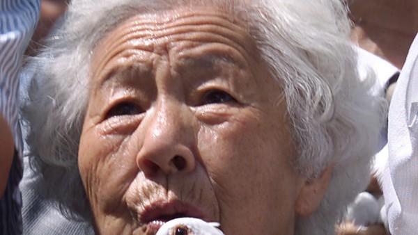 Ältere Frau hält eine Taube als Friedenssymbol