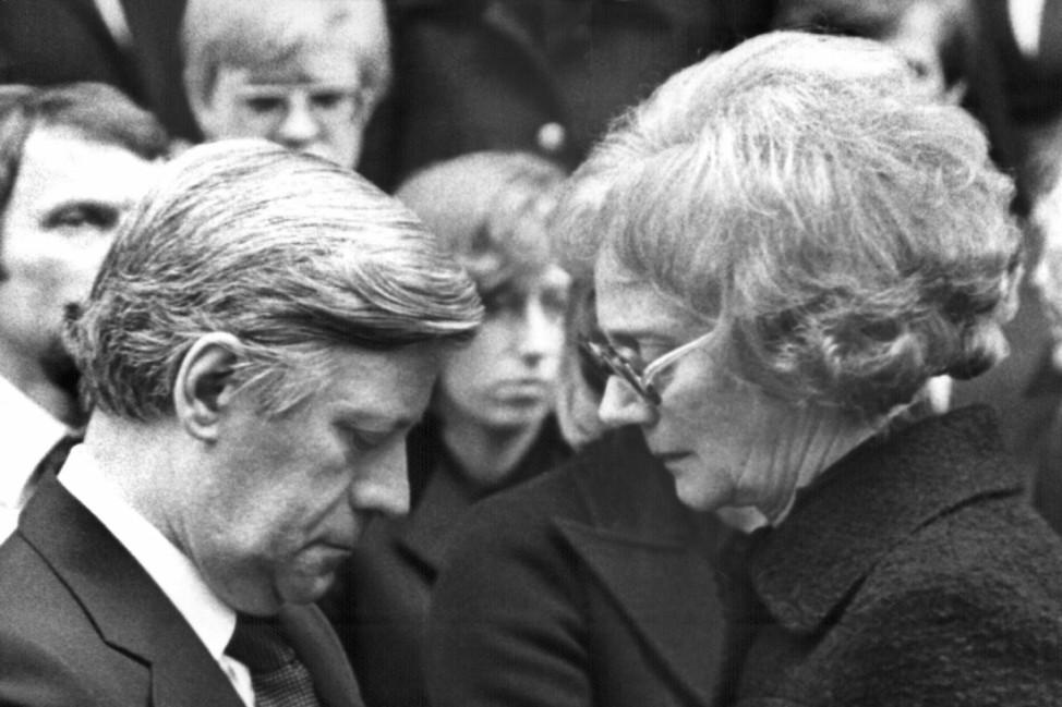 Bundeskanzler Helmut Schmidt spricht Witwe Waltrude Schleyer sein Beileid aus