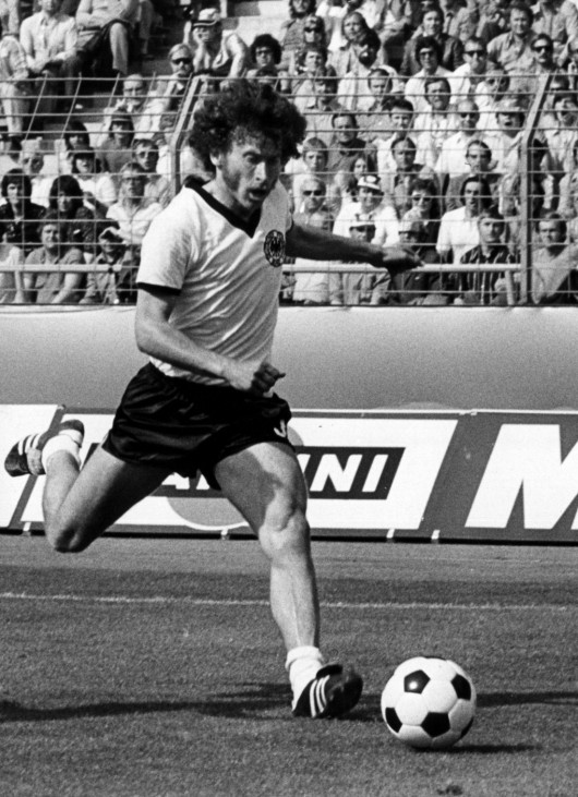 PAUL BREITNER AM BALL
