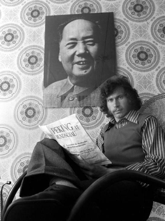 Paul Breitner unter dem Mao Porträt