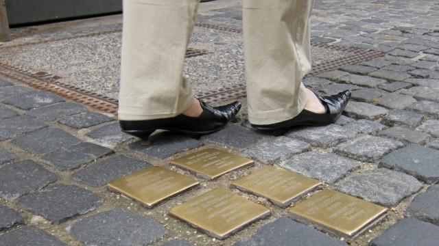 """Erinnerung an den Nationalsozialismus: 27.000 """"Stolpersteine"""" hat der Kölner Künstlers Gunter Demnig in den vergangenen 20 Jahren in Gehwege in ganz Europa eingelassen. Mit den Steinen im Bild wird an die Regensburger Juden Ehrlich und Nussbaum erinnert, die 1942 von den Nazis deportiert und ermordet wurden."""