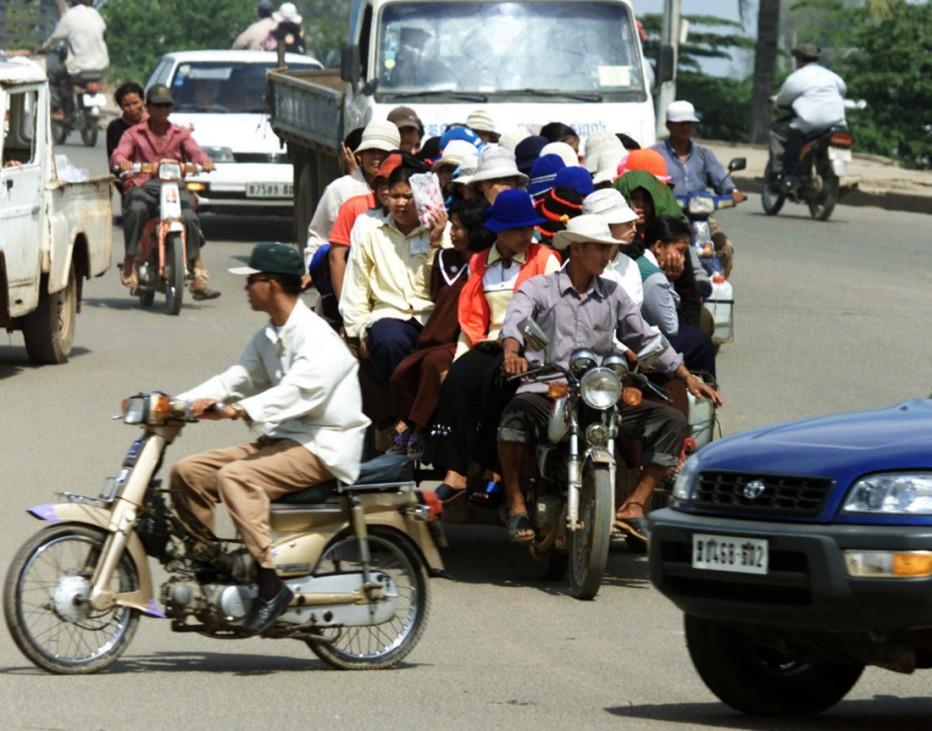Überladener Motorradanhänger in Phnom Penh, Kambodscha