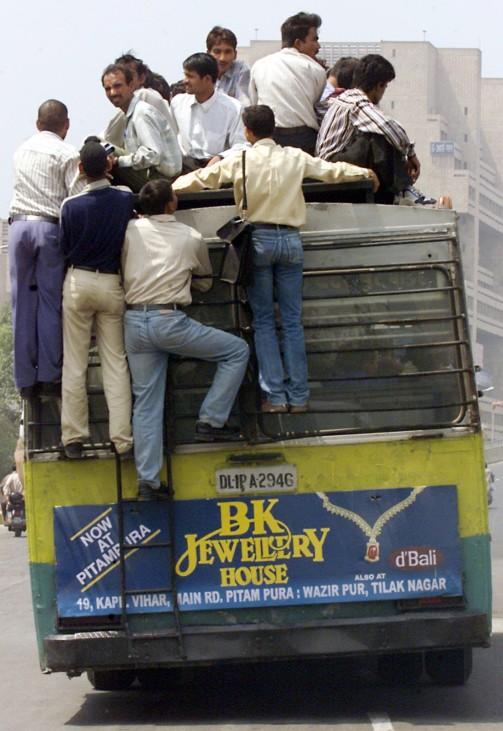 Überladener Bus in Neu Delhi
