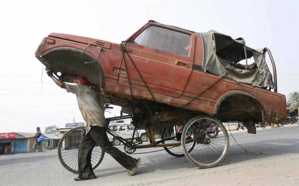 Rikscha-Fahrer transportiert Geländewagen-Karosserie
