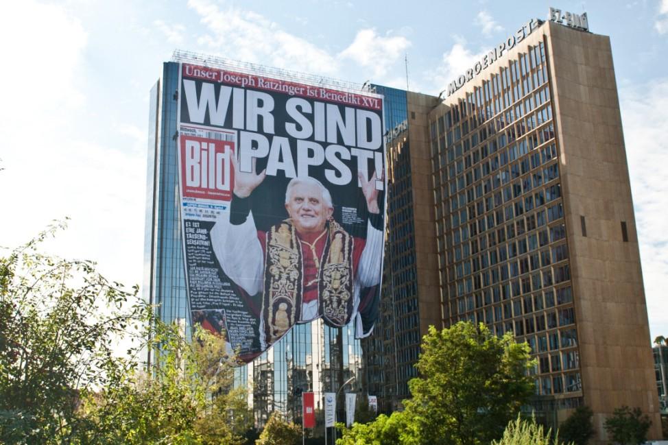 Papst-Titelseite am Springer-Hochhaus