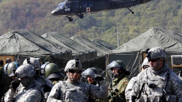 Serbisch-kosovarischer Handelsstreit: Amerikanische und deutsche Nato-Soldaten stehen am Grenzübergang Jarinje, zwischen Serbien und dem Kosovo, Wache.
