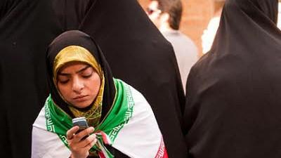 Iran: Handy-Nutzerin in Teheran: Iran hat eines der ausgefeilstesten Systeme zur Überwachung aufgebaut - auch mit Hilfe deutscher Technik