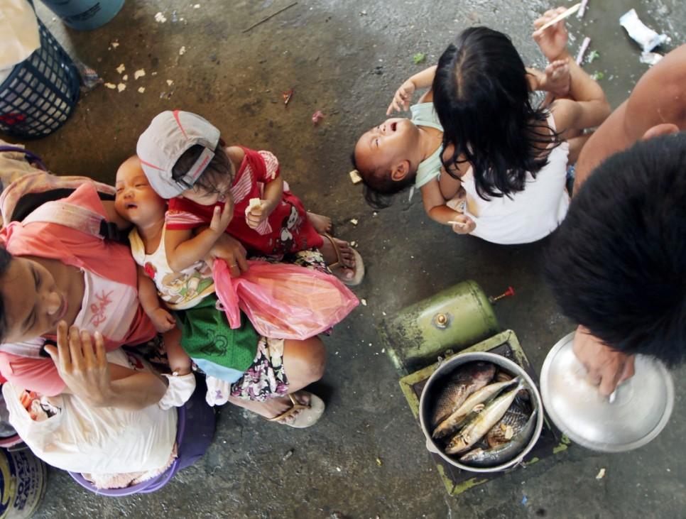 Filipino typhoon victims at coastal village in Navotas city