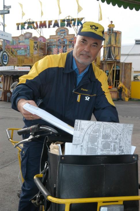 Postbote Egon Fischer bei der Postzustellung auf der Wiesn, 2003