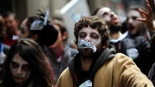 Demonstranten in den USA: Als Zombies verkleidet demonstrieren seit Wochen junge Amerikaner in der Wall Street gegen den Finanzkapitalismus.