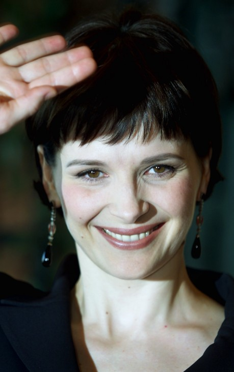 FRENCH STAR JULIETTE BINOCHE WAVES DURING A PRESS CONFERENCE