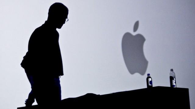 Apple: Im Juni 2010 stellte Steve Jobs auf der Apple Worldwide Developers Conference in San Francisco das iPhone 4 vor (Bild). Im August 2011 übergab er die Geschäftsführung an Tim Cook. Am 5. Oktober ist er gestorben - einen Tag nach der Vorstellung des iPhone 4s durch seinen Nachfolger Tim Cook.