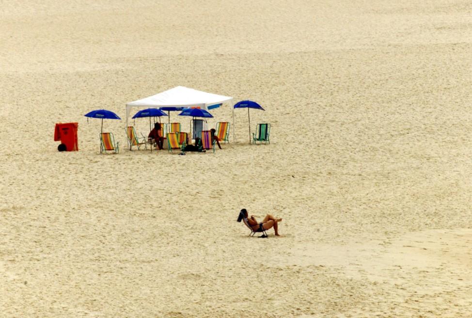 Archivfoto: Reuters: LONE SUNBATHER RELAXES ON LEBLON BEACH IN RIO DE JANEIRO
