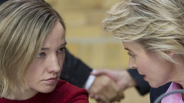 Ministerinnen Kristina Schröder und Ursula von der Leyen