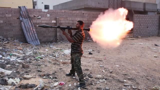 Letzte Gaddafi-Hochburg: Mit schwerem Geschütz kämpfen die Anhänger der neuen libyschen Führung um die letzten beiden Stadtviertel Sirtes, die noch in der Hand des alten Regimes liegen.