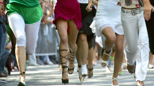 Sprinterinnen auf High-Heels - 'Stiletto Run' in Berlin