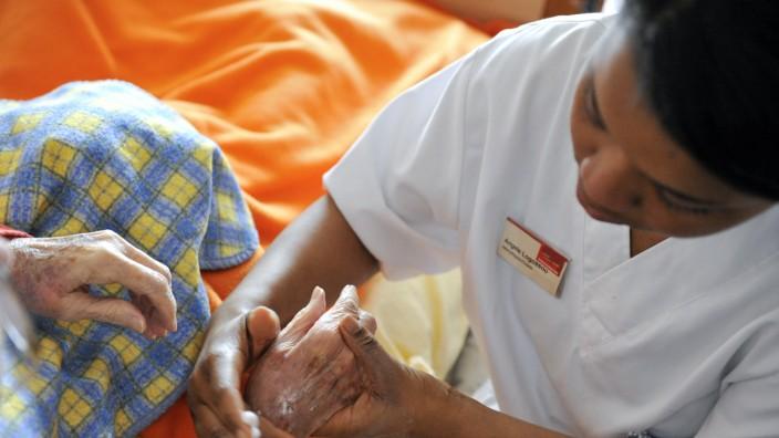 Altenpflege-Auszubildende bei der Arbeit, 2011