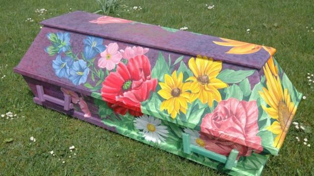 Bestattungskultur in Deutschland: Als letzte Ruhestätte für Hippies und Gartenfreunde hat ein Allgäuer Unternehmen dieses Modell mit floralem Motiv im Angebot.