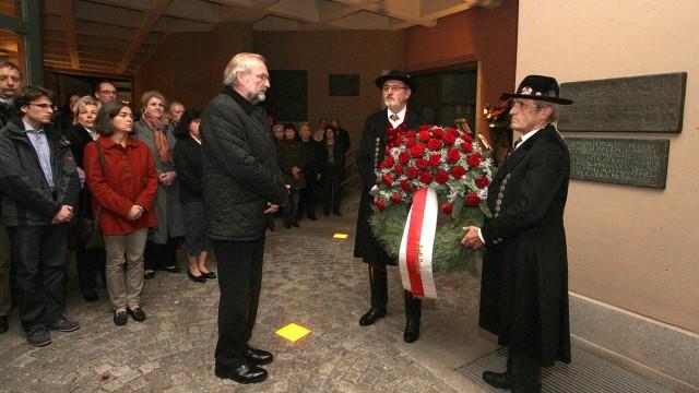 Pogrom-Nacht: Am Dachauer Rathaus, vor der Gedenktafel für die vertriebenen und ermordeten jüdischen Bürger Dachaus, legt Oberbürgermeister Peter Bürgel (CSU) nach der Gedenkfeier zum November-Pogrom 1938 einen Kranz nieder.