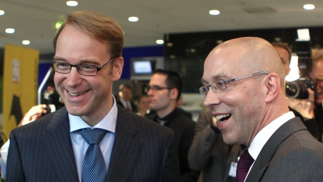 Germany's Finance State Secretary Asmussen talks with Bundesbank President Weidmann and Maleki head of Maleki Group as they arrive for the Euro Finance Week in Frankfurt