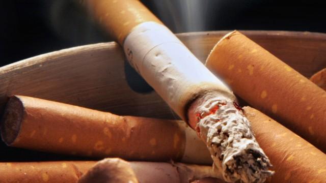 EU-Vorschrift für Tabakkonsum: Solch ein Anblick wird seltener werden: Ab sofort sorgen zwei Papierstreifen in Zigaretten dafür, dass Zigaretten schneller verlöschen, wenn niemand daran zieht.