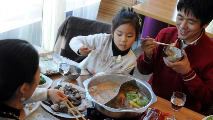 Fire Dragon Lounge: Feuertopf als Kerngeschäft: Das Gericht entspricht der asiatischen Vorstellung eines geselligen Essens.