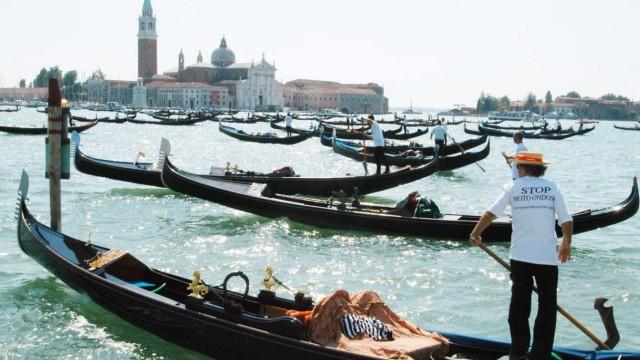 Gondoliere demonstrieren gegen Motorboote