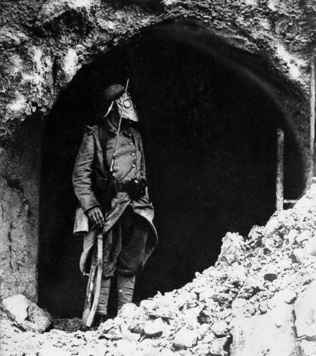 Französischer Posten mit Gasmaske, 1916