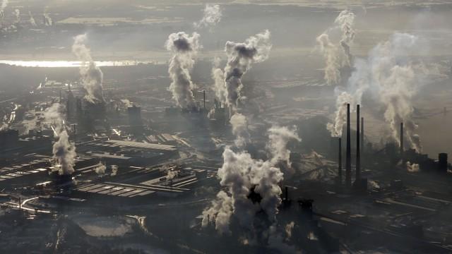 Aussichten der Weltwirtschaft: Eine Luftaufnahme zeigt die rauchende Schornsteine der ThyssenKrupp-Stahlwerke in Duisburg. Die weiteren Aussichten der Weltwirtschaft sind eher mau.