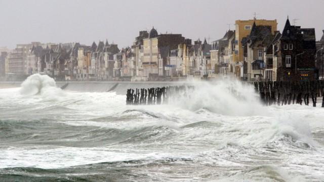 Sturmtief erreicht Deutschland: Stürmische See vor dem bretonischen Küstenstädtchen Saint Malo: In der französischen Region waren zeitweise Tausende Haushalte ohne Elektrizität.