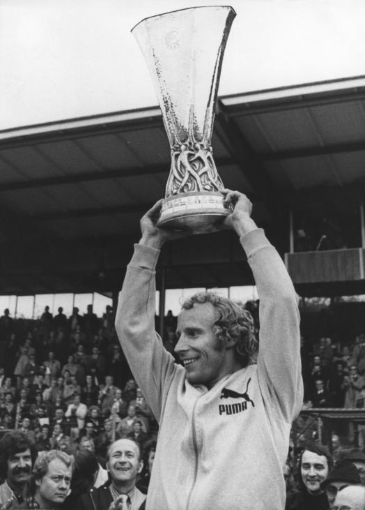 Berti Vogts mit UEFA-Pokal, 1975
