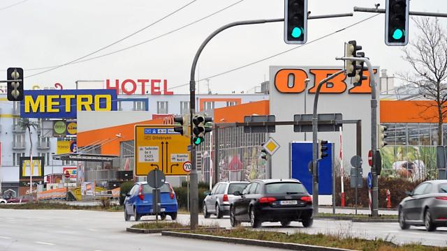 Einkaufsmärkte im Umland: Vor zehn Jahren noch stand hier Wald, ein Bannwald sogar, heute ließe sich allenfalls noch von einem Schilderwald sprechen: Das Gewerbegebiet Brunnthal-Nord ist inzwischen 160.000 Quadratmeter groß, verkehrsgünstig an den Autobahnen A8 und A99 gelegen.