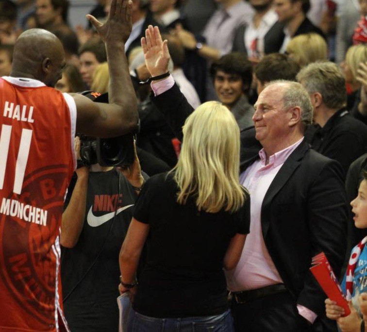 Uli Hoeneß beim Basketball.