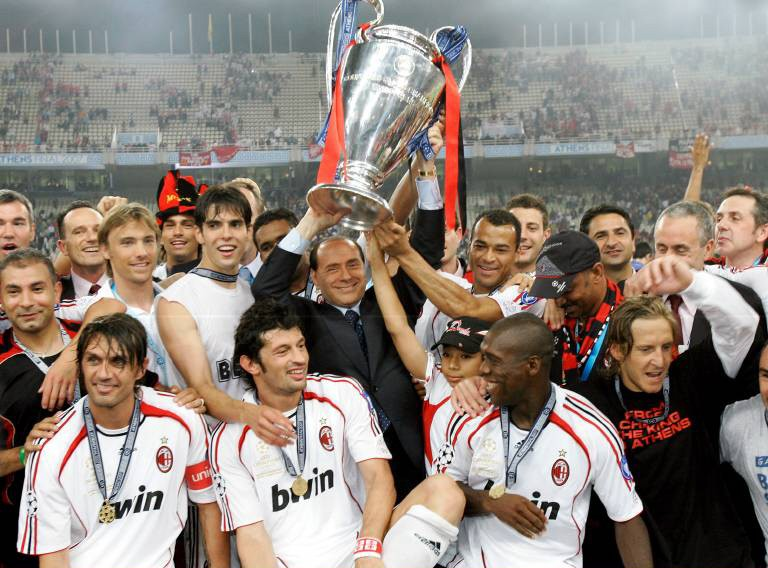 Silvio Berlusconi mit dem Champions-League-Pokal