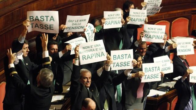 Lega-Nord-Angehörige protestieren im Senat lautstark gegen die Regierungspolitik.