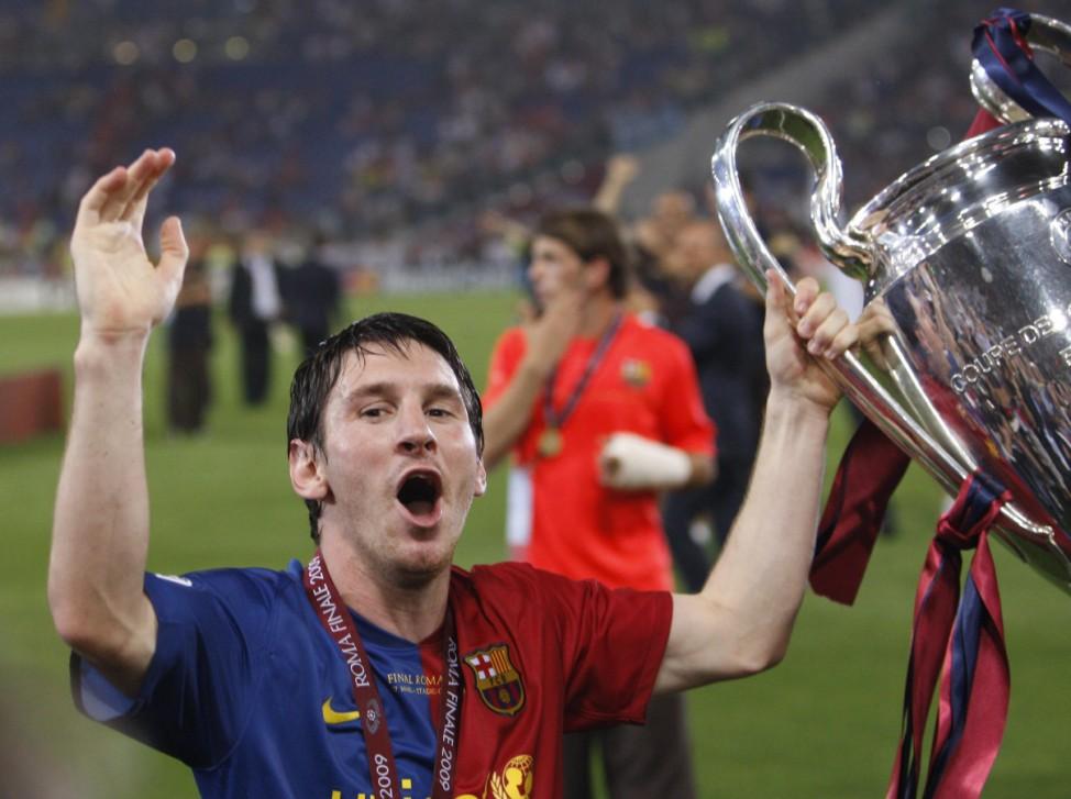 Lionel Messi mit Champions Leage Pokal, 2009